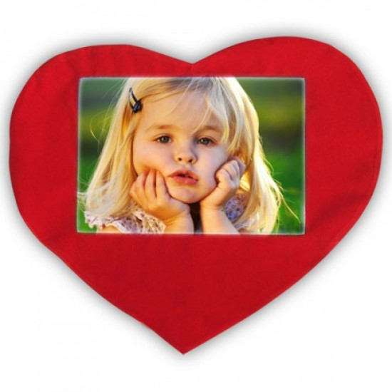 Kırmızı dik kalpli yastık